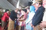 Bupati Klaten, Sunarna, menyerahkan penghargaan kepada para wanita yang dinilai sebagai teladan saat peringatan Hari Kartini, Selasa (21/4/2015), di Pendapa Setda Klaten. (Taufiq Sidik P./JIBI/Solopos)