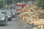 Tumpukan kayu sengon menumpuk di jalan setelah sebuah truk bermuatan kayu terguling di jalur Boyolali-Semarang, Senin (27/4/2015) pagi. (Hijriyah Al Wakhidah/JIBI/Solopos)