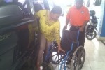 Estini, 35, warga warga Desa Ngestiharjo, Kecamatan Kasihan, Kabupaten Bantul hampir putus jari kaki kanannya setelah terjepit batu karang di Pantai Sepanjang, Rabu (1/4/2015). (JIBI/Harian Jogja/Kusnul Isti Qomah)