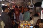 Penumpang berjubel di Kereta Api Madiun Jaya Jurusan Jogja-Solo karena mendapat operan dari Kereta Api Sriwedari, Senin (6/4/2015). (Arif Wahyudi/JIBI/Harian Jogja)