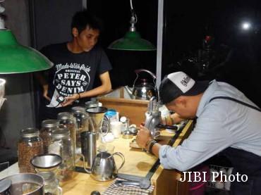 Firmansyah alias Pepeng tengah meracik kopi (JIBI/Harian Jogja/Pratama A.W.)