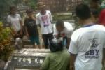Sebuah makam di Tulungagung dikerumuni warga lantaran terus bergetar. (detik.com)