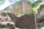 Tanggul sungai di Dukuh Bakalan, Desa Kaligayam, Wedi, Klaten, longsor membuat tanah pada bangunan bengkah. Foto diambil Senin (6/4/2015). (Taufiq Sidik Prakoso/JIBI/Solopos)