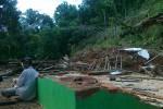 Rumah milik warga di Dusun Sambi, Desa Jeblogan, Karangtengah, Wonogiri, rusak berat akibat bencana tanah longsor yang terjadi pada Senin (6/4/2015). (Istimewa)