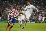 Bintang Real Madrid Cristiano Ronaldo menguasai bola saat melawan Atletico. JIBI/Reuters/Juan Medina