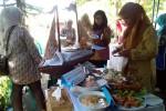 Berbagai olahan makanan berbahan baku ikan lele dan udang ditampilkan ibu-ibu PKK se-Kulonprogo dalam acara Gerakan Makan Ikan (Gemarikan) 2015 di halaman Dinas Kelautan Perikanan dan Peternakan Kulonprogo, Selasa (7/4/2015). (JIBI/Harian Jogja/Holy Kartika N.S)