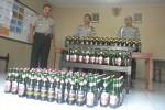 Kapolsek Karangpandan, AKP Heri Ekanto (kiri), menunjukkan ratusan botol miras kemasan yang disita dari rumah warga pada Selasa (21/4/2015) lalu. (Bayu Jatmiko Adi/JIBI/Solopos)