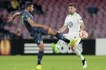 Pemain Napoli Faouzi Ghoulam (ki) duel lawan pemain Wolfsburg Daniel Caligiuri. JIBI/Reuters/Ciro De
