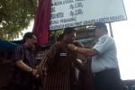 Kepala Dinas Perhubungan Komunikasi dan Informatika (Dishubkominfo) Yosca Herman Soedrajat (kanan) dan perwakilan Keraton Solo K.P. Satryo Hadinagoro memakaikan seragam parkir secara simbolis kepada petugas parkir Pagelaran dalam acara penetapan resmi tarif parkir di Alun-alun Utara, Pagelaran, dan Sitinggil, Jumat (10/4/2015).  (Muhamad Muchlis/JIBI/Solopos)