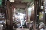 Kondisi Pasar Ampel di lantai III bagian belakang sebelah timur yang becek karena atap yang bocor saat hujan. Foto diambil Sabtu (4/4/2015). (muhammad Irsyam Faiz/JIBI/Solopos)