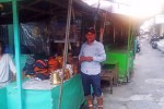 Ketua Paguyuban Pedagang Sumber Rejeki Pasar Beringharjo, Yoaner menjunjukkan kawasan penjualan barang-barang antik, kuningan dan uang kuno yang akan direvitalisasi bulan ini. (JIBI/Harian Jogja/Abdul Hamied Razak)
