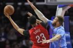Forward Los Angeles Clippers Blake Griffin (32) mencoba menghadang tembakan forward New Orleans Pelicans Anthony Davis (23) pada laga di Staples Center. JIBI/Reuters/Robert Hanashiro-USA TODAY Sports