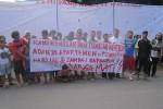 Warga Plemburan berpose di depan spanduk berisi tanda tangan penolakan pembangunan apartemen di wilayah mereka, Minggu (5/4/2015). (JIBI/Harian Jogja/Sunartono)