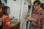 Menkumham, Yassona Laoly (kanan), meninjau salah satu toko di GPPPD Graha Wijaya seusai diresmikan oleh Menkobid PMK, Puan Maharani, Rabu (1/4/2015) lalu. Saat peresmian berbagai produk potensi daerah dipamerkan di gedung setempat. (Rudi Hartono/JIBI/Solopos)