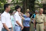 Divisi Pencegahan Tindak Korupsi KPK RI, Pauline Arifin, menyematkan pin kejujuran kepada siswa SMA 3 Jogja, Rabu (22/4/2015). (Endro Guntoro/JIBI/Harian Jogja)