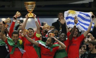 Para pemain PSG merayakan kemenangan seusai rebut trofi juara Piala Liga. JIBI/Rtr/Gonzalo Fuentes