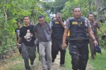 Aparat kepolisian membekuk tersangka perampok, Budiono, di kebun tebu di Desa Dawung, Kecamatan Jenar, Sragen, Jumat (24/4/2015). (Abdul Jalil/JIBI/Solopos)