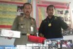 Dua anggota tim gabungan menunjukkan rokok bodong yang berhasil dirazia dari tangan pemilik toko kelontong di Kantor Satpol PP Sukoharjo, Rabu (8/4/2015). (Moh. Khodiq Duhri/JIBI/Solopos)