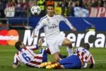 Bintang Real Madrid Cristiano Ronaldo dihadang dua pemain Atletico Koke dan Suarez. JIBI/Rtr/Paul Hanna