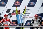 Pembalap Yamaha MotoGP Valentino Rossi (tengah) merayakan kemenangannya di podium bersama pembalap CWM LCR Honda rider Cal Crutchlow (kanan) dan pembalap Ducati Andrea Dovizioso seusai balapan Argentina MotoGP Grand Prix di Termas de Rio Hondo International circuit . JIBI/Reuters/Marcos Brindicci