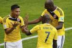 Pablo Armero (tengah) berselebrasi dengan rekannya (Reuters/Leonhard Foeger)