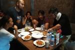 Aktor Shaheer Sheikh (kedua kanan) makan siang di Solo Bistro Solo, Jumat (24/4/2015). (Septina Arifiani/JIBI/Solopos.com)