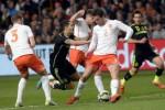Pemain Spanyol Vitolo (tng) duel lawan pemain Belanda De Vrij (ki) dan Janmaat (ka). JIBI/Rtr/Toussa