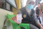 Petugas BNNP DIY melakukan tes urine bagi penghuni rusunawa Dabag, Condongcatur, Depok, Sleman, Selasa (14/4/2015). (Sunartono/JIBI/Harian Jogja)