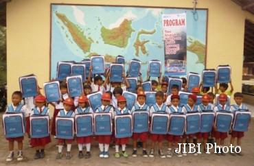 Empat puluh siswa SDN 2 Tlogolele menunjukkan tas yang diberikan oleh Pos Keadilan Peduli Umat (PKPU) Boyolali, Senin (30/3/2015). (Istimewa)