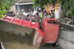 Warga mengecek kondisi truk yang tercebur ke sungai di tepi Jl. Jenderal Sudirman di Ngaglik RT 001/RW 007, Sidorejo, Bendosari, Sukoharjo, Sabtu (25/4/2015). (Rudi Hartono/JIBI/Solopos)