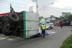 Anggota Satlantas Polresta Solo mengalihkan kendaraan besar masuk ke SPBU Mojosongo untuk menghindari kemacetan akibat, bak truk bagian belakang (gandengan) bermuatan tepung terigu terguling di depan SPBU ringroad Mojosongo, Sabtu (11/4/2015). (Arif Fajar S./JIBI/Solopos)