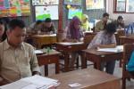 Belasan orang peserta mengikuti Ujian Nasional Paket C di SD Negeri Beji, Wates, Kulonprogo, Selasa (14/4/2015). (Rima Sekarani I.N./JIBI/Harian Jogja)