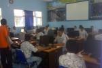 Peserta Ujian Nasional (UN) online SMK Penerbangan AAG Adisutjipto Jogja tengah mendapat pelatihan sebagai persiapan penyelenggaraan UN online. (Endro Guntoro/JIBI/Harian Jogja)