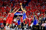 Guard Golden State Warriors Stephen Curry (30) menembakkan bola melewati forward New Orleans Pelicans Anthony Davis (23) dan Ryan Anderson (33) pada babak overtime game ketiga NBA Playoffs di the Smoothie King Center. The Warriors menaklulkkan the Pelicans 123-119 di babak overtime. JIBI/Reuters/Derick E. Hingle-USA TODAY Sports