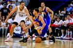 Guard Golden State Warriors Stephen Curry (30) sempat terpeleset namun tetap mendribel dihadang forward New Orleans Pelicans Ryan Anderson (33) NBA Playoffs di Smoothie King Center.  JIBI/Reuters/Derick E. Hingle-USA TODAY Sports
