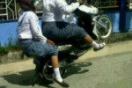 Ilustrasi cara berbahaya naik motor (Istimewa/Kaskus)