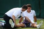 Petenis Kanada Milos Raonic sedang dirawat petugas medis akibat cedera kaki. Ist/news.nationalpost.com