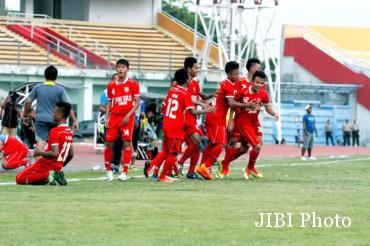 Para pemain Persis Solo Junior (Jr) merayakan gol ke gawang Nusa Ina Maluku Jr. dalam laga semifi nal Piala Suratin 2014 di Stadion Gelora Delta Sidoarjo, November 2014 silam. JIBI/Solopos/dokumentasi