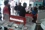 Sejumlah pengunjung melihat-lihat gadget di Erafone Megastore Solo, Minggu (24/5/2015). Saat ini, kelas middle end menjadi ponsel yang paling banyak diburu konsumen. (Shoqib Angriawan/JIBI/Solopos)