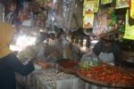 Pedagang di Pasar Krisak Selogiri, Wonogiri menjual kebutuhan bahan pokok, Minggu (24/5/2015). Menjelang puasa harga sejumlah kebutuhan bahan pokok di Wonogiri merangkak naik. (Muhammad Ismail/JIBI/Solopos)