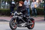 Stuntman aktris Scarlett Johanson mengendarai HD Livewire dalam Avenger Age of Ultron. (Autoevolution.com)