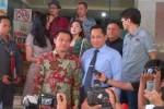 Artis yang juga anggota Komisi X DPR Anang Hermansyah dan Kabareskrim, Komjen Pol. Budi Waseso menjawab pertanyaan wartawan di Gedung Bareskrim Polri, Jakarta, Rabu (27/5/2015). Anang bersama sejumlah artis dan musisi melaporkan pelanggaran hak cipta kepada Bareskrim. (Dika Irawan/JIBI/Bisnis)