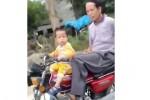 Bocah 2 tahun mengendarai motor (Dailymail)