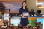 Reni Sukmasari memamerkan produk Coklat Joyo di outlet Jl Hos Cokroaminoto, Jogja, beberapa waktu lalu. (JIBI/Harian Jogja/Kusnul Isti Qomah)