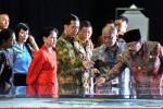 Presiden Joko Widodo (tengah) didampingi Ibu Negara Iriana Jokowi (ketiga kiri), Menteri BUMN Rini S. Soemarno (kiri),Menteri Perhubungan Ignatius Jonan (ketiga kanan), Direktur Utama Pelindo III Djarwo Surjanto (kedua kiri) dan Gubernur Jawa Timur Soekarwo (kiri) mengamati maket Terminal Teluk Lamong di Surabaya, Jumat (22/5/2015). (JIBI/Solopos/Antara/Zabur Karuru)