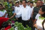 Presiden Joko Widodo bersalaman dengan warga saat singgah di stan Komunitas Pegiat Hidroponik Rumah Sakit Panti Waluyo (Kopingho), area CFD Kota Solo, Minggu (24/5/2015). (Reza Fitriyanto/JIBI/Solopos)