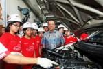 Chief Executive Officer Auto2000 Suparno Djasmin memberikan penjelasan mengenai proses kerja bengkel Auto2000 kepada siswa-siswa sekolah dasar yang terpilih mengikuti program Student Goes to Bengkel di Jakarta, Rabu (6/5/2015). (Dedi Gunawan/JIBI/Bisnis)