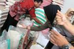 Pegawai Pemkot Tulungagung memeriksa beras di salah satu grosir beras kota itu, Jumat (22/5/2015). (JIBI/Solopos/Antara/Destyan Sujarwoko)