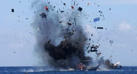 Peledakan kapal illegal fishing di perairan Bitung, Rabu (20/5/2015). (JIBI/Solopos/Antara/Fiqman Sunandar)