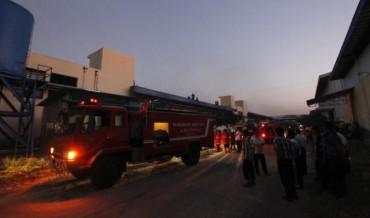 Petugas pemadam kebakaran berusaha memadamkan kobaran api yang membakar gudang dan ruang produksi pabrik tekstil milik PT. Delta Merlin Dunia Textile, Pondok Grogol, Solo Baru, Sukoharjo, Kamis (21/5/2015). (Reza Fitriyanto/JIBI/Solopos)